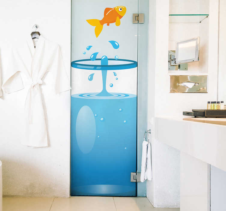 TenStickers. Kindlicher Türaufkleber Fische. Türaufkleber mit einer liebevollen Zeichnung eines Fisches, der aus einem Aquarium springt. Verleihen Sie Ihrem Zuhause mit unseren Wandtattoos einen Hauch von Farbe.