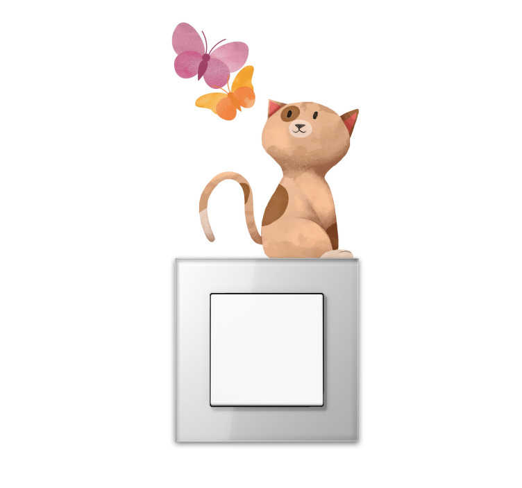 TENSTICKERS. スイッチステッカー猫と蝶. あなたのライトスイッチをオリジナルの方法でこの接着剤で飾る。このステッカーには2匹の蝶を見ている猫がいます。この色の壁のデカールはどんな部屋でも素敵な装飾です。