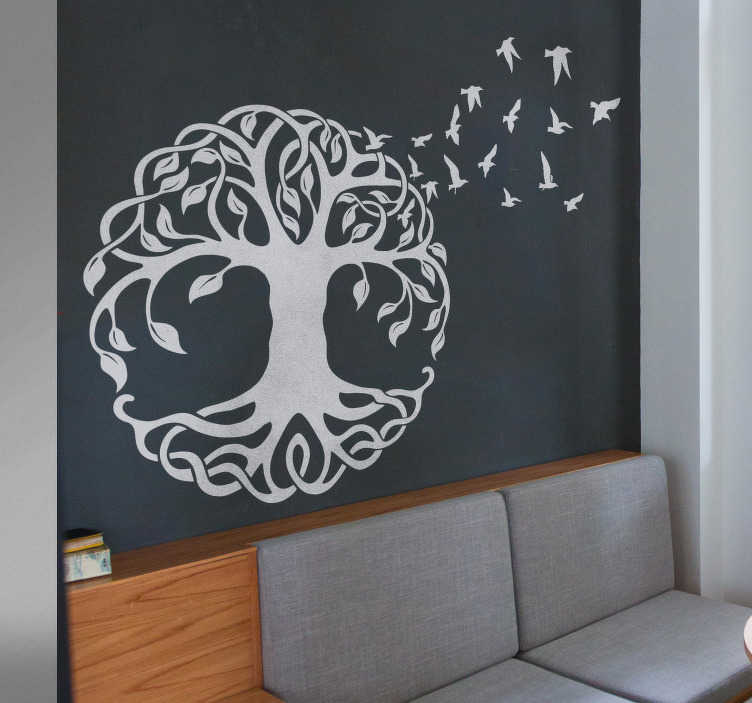 TenStickers. Wandtattoo Baum des Lebens. Wandtattoo Baum des Lebens - Dekoratives Wandtattoo eines blühenden Baums im keltischen Stil und eines davonfliegenden Vogelschwarms. Modernes Baum Wandtattoo für Ihr Zuhause, geladen mit Poesie.