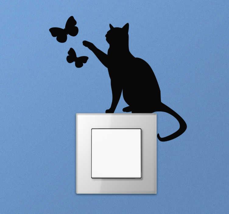 TenStickers. Lichtschakelaar sticker kat met vlinders. Bij deze lichtschakelaar sticker zit er een kat op de schakelaar die z'n poot uitsteekt naar 2 vlinders.