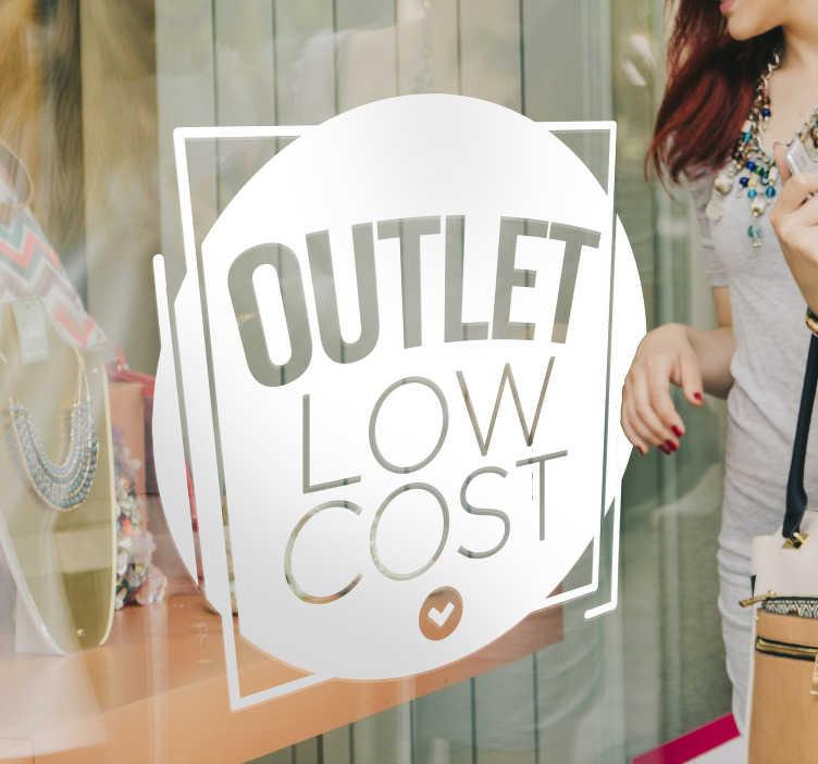 """TenStickers. Schaufensteraufkleber Outlet low cost. Machen Sie Kunden mit einem schönen Schaufensteraufkleber Outlet """"low cost"""" auf Ihre attraktive und preiswerte Ware aufmerksam. Der schöne Schaufenster Aufkleber illustriert den Schriftzug """"OUTLET LOW COST"""", der von einem schönen Kreis und Viereck umrandet wird."""