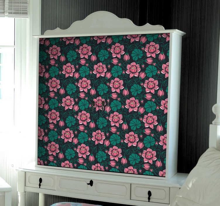 TenStickers. Meubelsticker bloemenpatroon zwart roze. Decoreer de meubels met dit fleurige bloemenpatroon. Het design van deze sticker bestaat uit een zwarte achtergrond met hierop een herhalend bloemen patroon van roze bloemen.