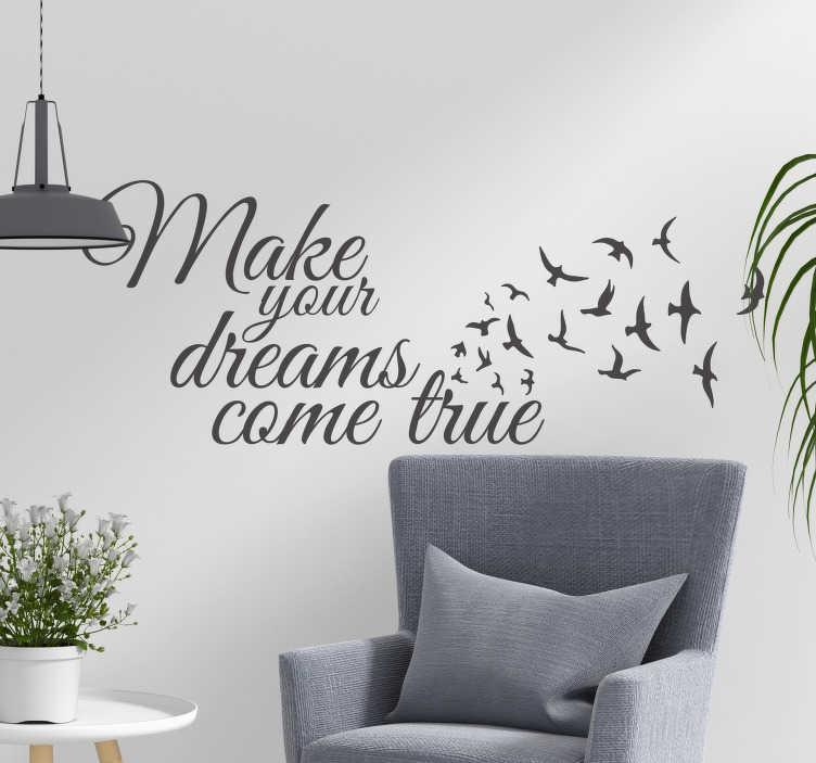 TENSTICKERS. ウォールデカールの夢が実現する. この単純な壁のデカールであなたの家に陽と喜びをもたらします。このステッカーのテキストは「あなたの夢を実現させる」もので、飛んでいる鳥が飾られています。