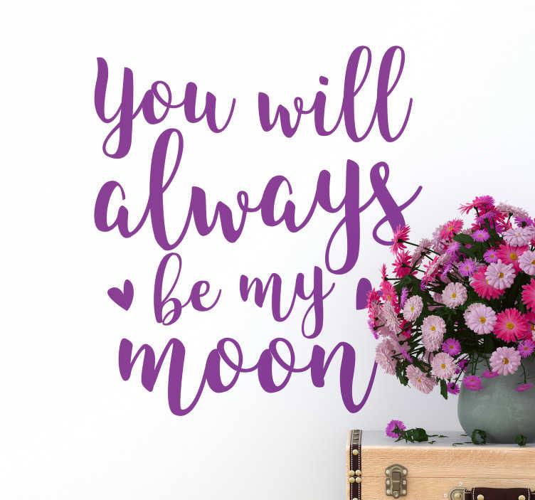 """TenStickers. Wandtattoo Be My Moon. Dekorieren Sie Ihr Zuhause mit einem romantischen Textaufkleber. Das Wandtattoo, das zwei Herzen enthält vermittelt die Botschaft """"you will always be my moon"""" in Schnörkelschrift."""