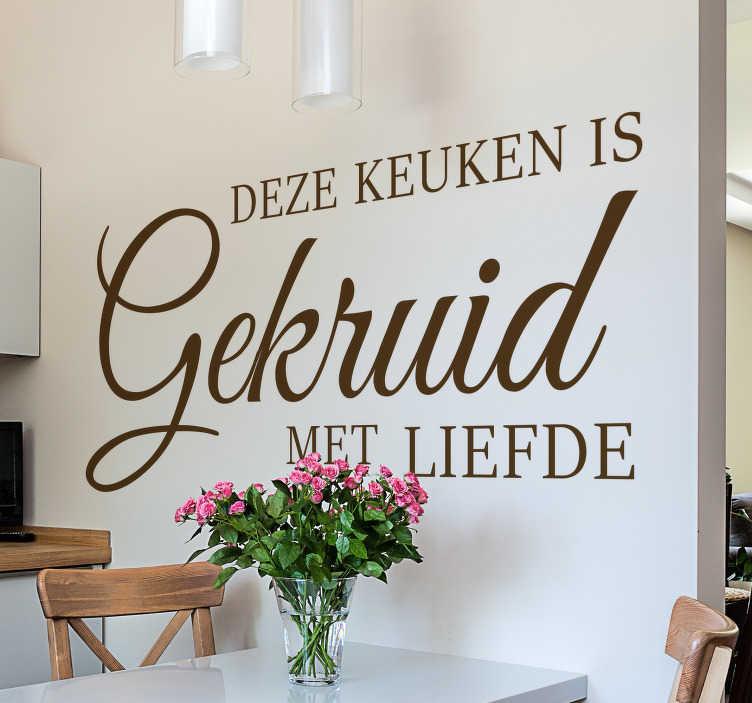 TenStickers. Keuken sticker gekruid met liefde. Decoreer het hart van het huis met deze liefdevolle muursticker. Deze sticker is speciaal voor de keuken met de tekst 'Deze keuken is gekruid met liefde'.