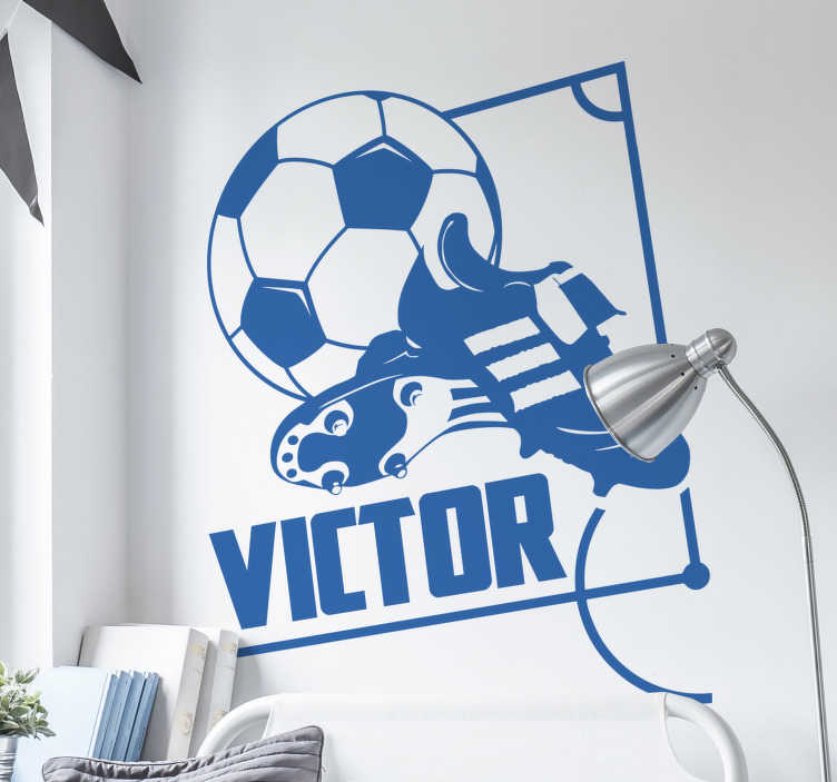 TenStickers. Personalisierbares Wandtattoo Fußballschuhe. Wandtattoo Fußball - Personalisieren Sie das Kinderzimmer mit einem fantastischen Wandtattoo von Fußballschuhen, einem Fußball und den Namen Ihres Kindes.
