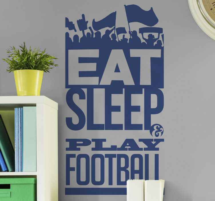 TenStickers. Eat sleep voetbal muursticker. De tekst op de sticker 'Eat sleep play football' is perfect voor de voetbalfan. De muurtekst is gedecoreerd met een optocht aan voetbal supporters boven de tekst.