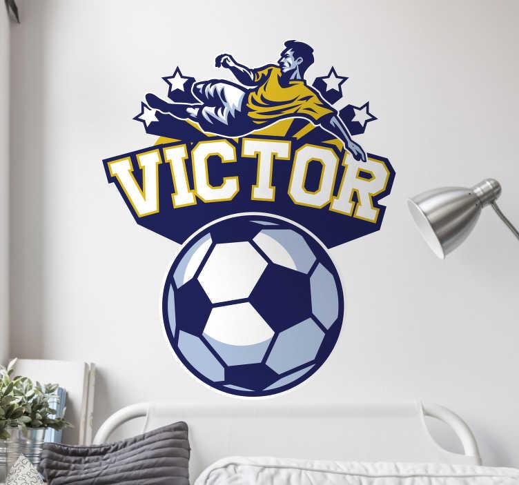 TenStickers. Voetbal en speler naamsticker. De muursticker bestaat uit een voetbal met daarboven een zelf te kiezen naam en een voetballer die gaat scoren omringd door sterren.