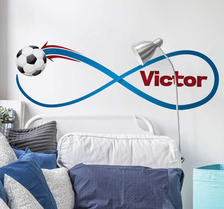 TenStickers. Spersonalizowana naklejka infinity. Naklejka na ścianę futbolu przedstawiająca znak nieskończoności i piłkę nożną można spersonalizować za pomocą swojego imienia. Naklejka ścienna do piłki nożnej skierowana jest do osób, które uwielbiają grać w piłkę nożną i chcą wyrazić to za pomocą specjalnej spersonalizowanej naklejki.