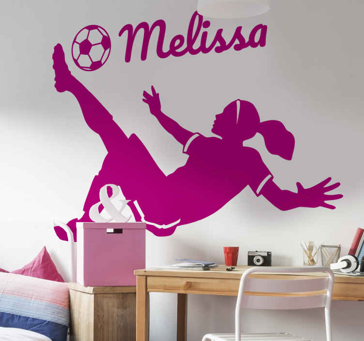 TenStickers. Sticker femme footballeur personnalisable. Sticker silhouette représentant une femme en train de faire un retourné acrobatique. Vous pourrez personnaliser ce sticker avec le prénom de votre choix, ainsi que choisir ses dimensions et sa couleur.