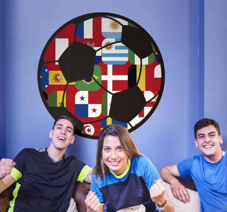 TenStickers. Wandtattoo Fußball WM Teilnehmer. Das originelle WM Wandtattoo illustriert einen Fußball, in denen die Flaggen der WM-Teilnehmer zu sehen sind.  Verschönern Sie Ihr Zuhause mit einem einzigartigen Fußball Wandtatttoo der Weltmeisterschafts-Teilnehmerländer.
