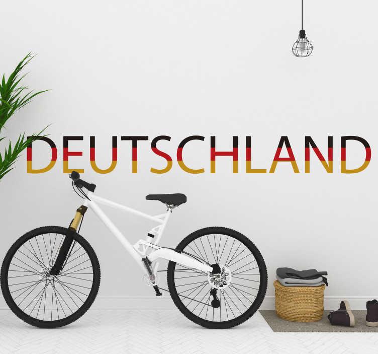 TenStickers. Textaufkleber Deutschland schwarz-rot-gold. Dekorieren Sie Ihr Zuhause mit einem Deutschland Schriftzug als Wandtattoo, das in den Farben schwarz-rot-gold dargestellt wird. Individualisieren Sie Ihre Wände mit einem Text Aufkleber Deutschland in Farben der Deutschland Flagge.