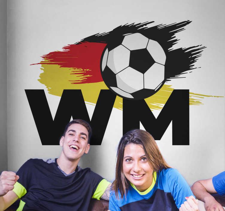 """TenStickers. Wandtattoo Fußball WM. Wandtattoo Fußball WM - Dekorieren Sie Ihr Zuhause mit einem modernen Fußball Wandtattoo zur Weltmeisterschaft. Der Aufkleber besteht aus dem Schriftzug """"WM"""", einem Fußball und einer trendigen Deutschland Flagge."""