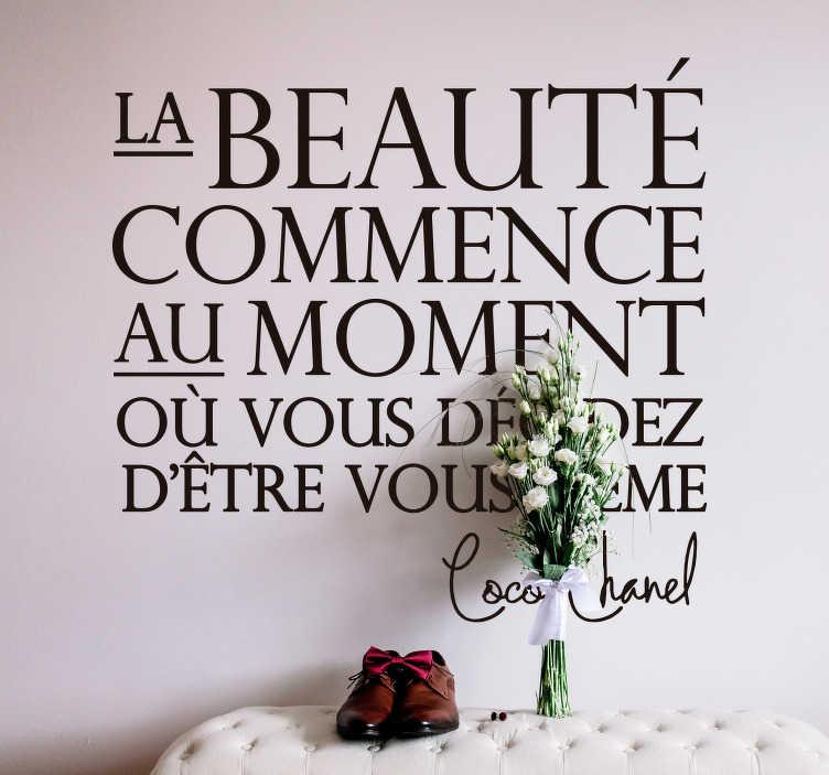 """TenStickers. Sticker citation Coco Chanel beauté. Sticker citation représentant les mots qui ont un jour été prononcés par Coco Chanel """"La beauté commence au moment où vous décidez d'être vous même""""."""