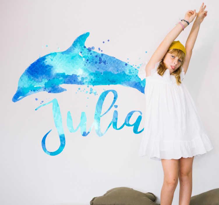 TenStickers. Stickers personnalisé dauphin eau. Un adorable sticker représentant un dauphin, avec la possibilité de le avec personnaliser le prénom de votre enfant. Un sticker animaux réaliser dans des tons bleux et dans un style aquarelle, qui apportera beaucoup de charme à la décoration de la chambre de vos enfants.