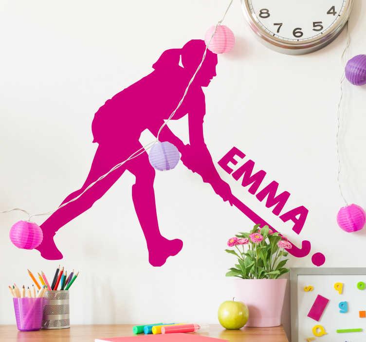TenStickers. Hokejová dívka personalizovaná samolepka. Ozdobte dospívající pokoj s nálepkou na zeď, která obsahuje siluetu dívky, která hraje hokej. Lze přizpůsobit jménem podle vašeho výběru.