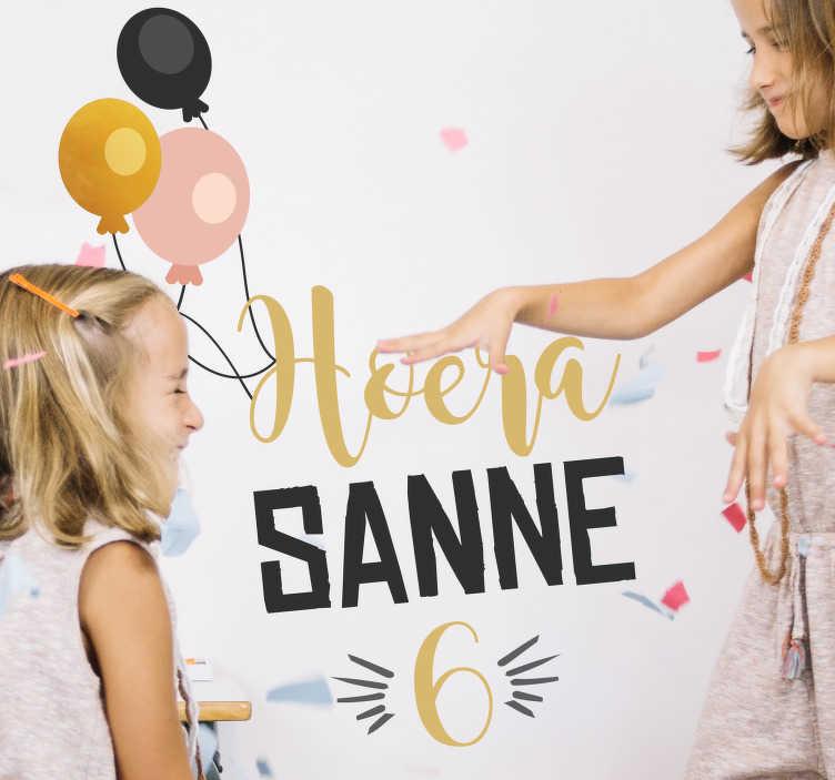 TenStickers. Verjaardag sticker persoonlijk. Decoreer de ruimte voor het kinderfeestje in stijl met deze muursticker. Deze sticker is personaliseren met naam en leeftijd van de jarige!