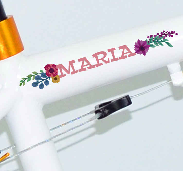 TenStickers. Cykel blomster personlig klistermærke. Dekorere din cykel med denne dekorative klistermærke, der indeholder nogle smukke blomster. Kan tilpasses med et navn efter eget valg.