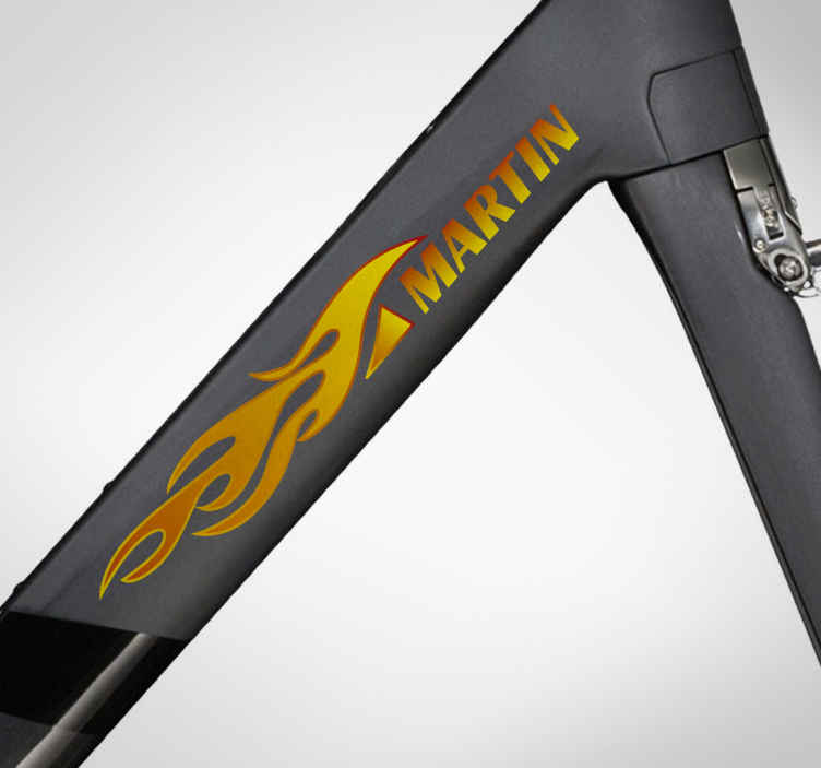 TenStickers. Decalcomania bici nome fiamma. Personalizza la tua mountain bike con gli adesivi nome bici Crea un incredibileadesivo bici personalizzato con il tuo nome avvolto dalle fiamme.