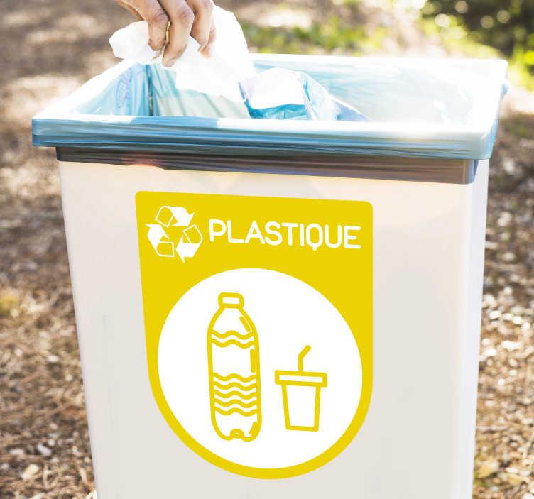 TenStickers. Sticker recyclage plastique jaune. Sticker recyclage pour le tri sélectif , et plus particulièrement le tri du plastique. Unautocollant pour poubelle vous permettant de mieux trier vos déchets, aussi bien chez vous, que par exemple dans un établissement de restauration