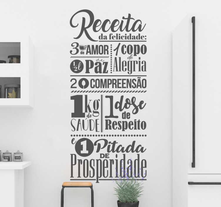 TenStickers. Autocolante parede receita feliz. Decore as paredes da sua casa com este vinil decorativo com o texto relacionado com a receita da felicidade, que é sempre bom lembrar aos seus familiares.