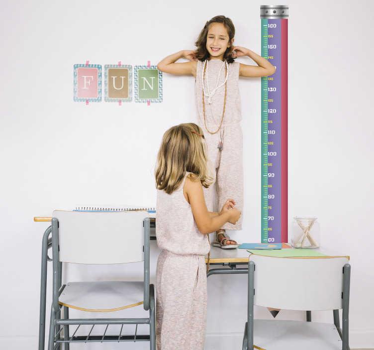 TenStickers. Sticker toise pour école. Sticker toise représentant un crayon, permettant aux enfants de se mesurer depuis la pointe du crayon jusqu'à sa base. Un autocollant pour enfant original et coloré qui vous permettra de voir vos enfants grandir aux jours le jour, tout en décorant avec goût leurs chambres.