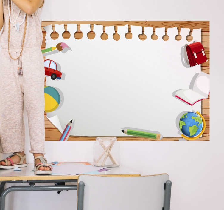 Tenstickers. Whiteboard school wall sticker. Denna whiteboard klistermärke har en träbakgrund och innehåller en skolväska, en bok, en jordklot, en penna, en boll, en bil och en pensel.