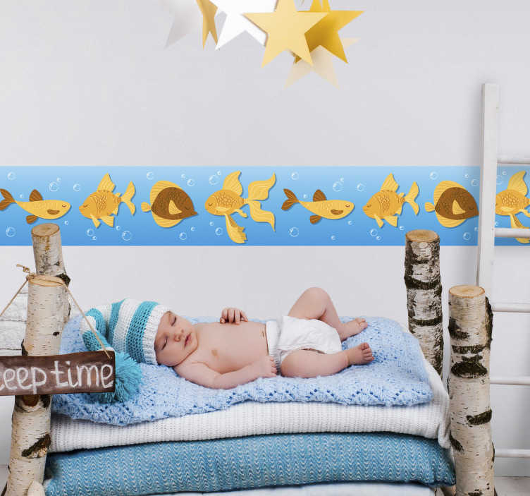 TenVinilo. Vinilo infantil peces dorados. Cenefa pared infantil con el dibujo de un fondo marino y peces en tonos amarillos, ideal para personalizar la decoración de la estancia de tus hijos.