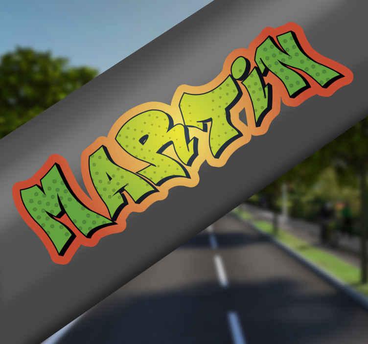 TenStickers. Fietssticker naam graffiti. Personaliseer uw fiets met deze graffiti sticker met uw eigen naam. De kleur en afmetingen zijn aanpasbaar naar eigen wens.