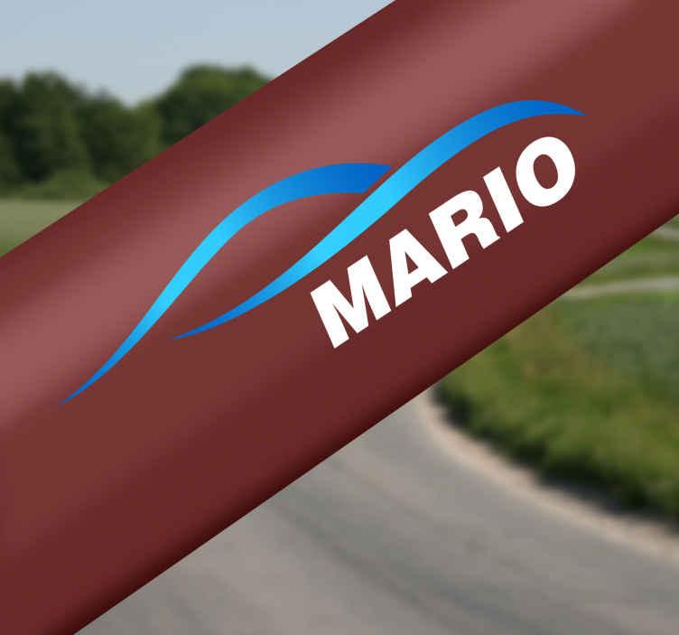TenStickers. Spersonalizowana naklejka na rower niebieskie fale i napis. Spersonalizowana naklejka na rower z niebieskimi falami i białym napisem wskazanym przez Ciebie! Ta oryginalna ozdoba całkowicie odmieni wygląd Twojego roweru w tani i prosty sposób!