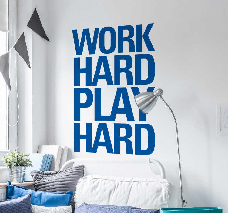 """TenStickers. Arbejde hårdt spil hårdt tekst klistermærke. Dette klistermærke indeholder teksten """"arbejde hårdt spil hårdt"""" og vil minde dig og dit miljø til at arbejde hårdt, så du kan nyde fritid bagefter."""
