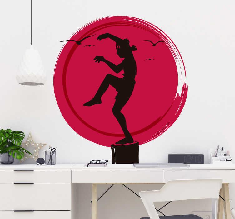 TenStickers. Autocolante decorativo do Karate Kid. Sentiu-se inspirado quando viu o filme ''Karate Kid'', então não perca mais tempo e adquire este autocolante de parede para se motivar todos os dias.