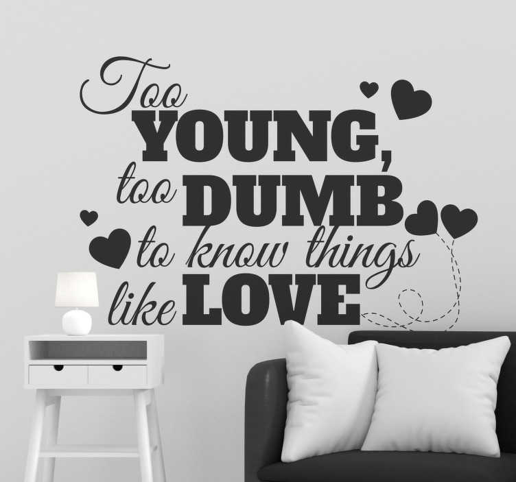 """TenStickers. Tekst muursticker young and dumb. Deze sierlijke tekst sticker met de tekst """"Too young and too dumb to know things like love"""" omringd met hartjes is perfect voor in de woon- of slaapkamer."""