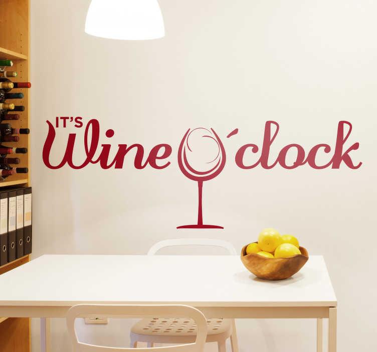 """TenStickers. Drank sticker Wine o'clock. Het is altijd tijd voor wijn! Decoreer uw keuken met deze sticker met de tekst """"It's wine o'clock"""" samen met een glas wijn. Kleur en afmetingen aanpasbaar."""