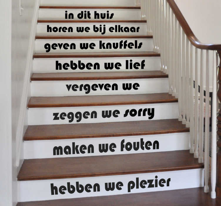 """TenStickers. Trap sticker tekst in dit huis. Decoreer de trap in uw woning met de tekst sticker """"In dit huis"""". De sticker omvat regels waar iedereen in het huis zich aan moet houden."""