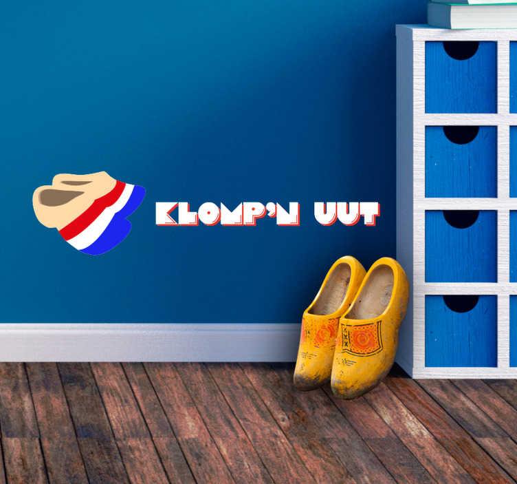 """TenStickers. Muursticker tekst Klompen uut. Houdt u ook zo van de Nederlandse cultuur? Laat dit zien door de sticker met klompen en de tekst """"Klomp'n uut"""" in uw woning te plaatsen."""