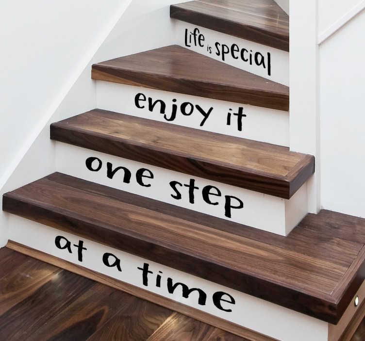 TenStickers. Livet er en særlig trappe klistermærke. Lav et nyt udseende i dit hjem med denne tekststicker, som du kan holde på trappen. Farve og dimensioner justerbar.