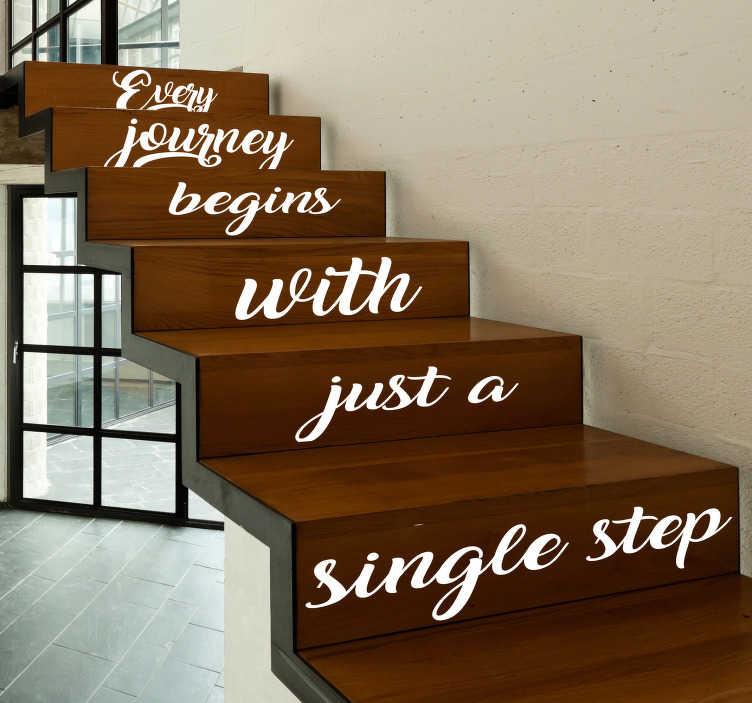 """TenStickers. Motivatie sticker Trap elke reis. """"Every journey begins with just a single step"""". De perfecte sticker om op uw trap te plaatsen. Hiermee motiveert u iedereen die uw woning betreedt."""
