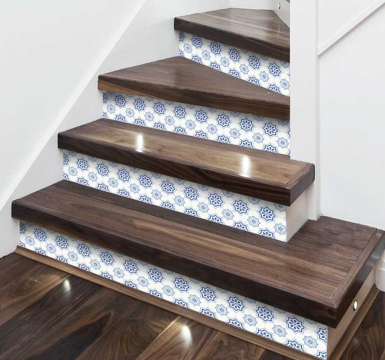 TenStickers. Ornament trapsticker met tegels. Ook de traptreden in uw woning kunnen gedecoreerd worden. Deze sticker met tegelvormen en bloemen is hier ideaal voor. Ervaren ontwerpteam.