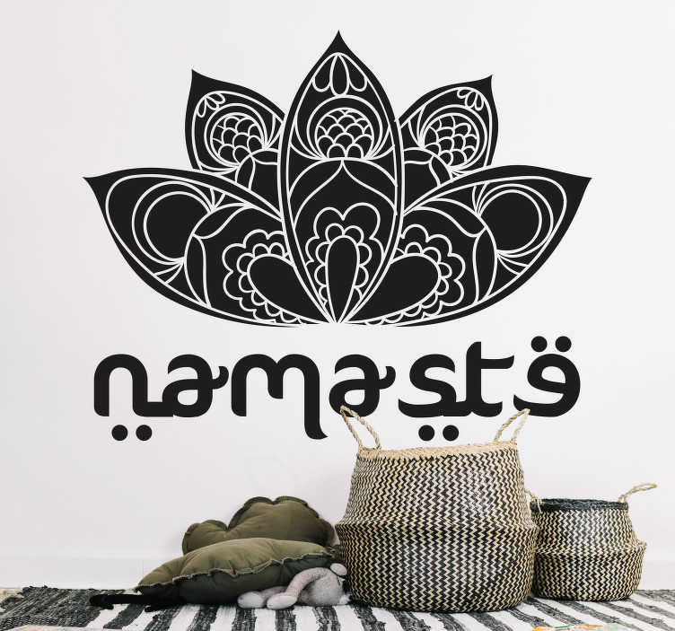 TenStickers. Bedrijfssticker Namasté. Decoreer de ruimte met deze Namasté sticker. Niet alleen de tekst maar ook een bloem is afgebeeld op de muursticker. Pas de afmetingen naar eigen wens aan.