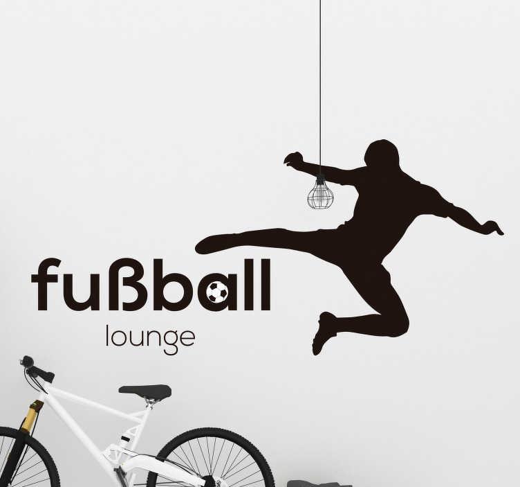 TenStickers. Wandtattoo Fußball Lounge. Der Fußball Aufkleber ist perfekt für jeden Fußball Fan unter euch! Das Design zeigt einen Spieler, sowie eine Aufschrift Fußball lounge.