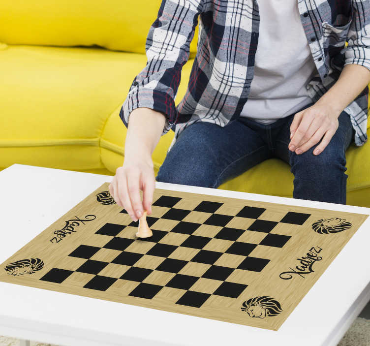 TenStickers. Decoratie sticker bordspel schaakbord. Bent u altijd in om een potje te schaken? Met deze schaakbord sticker heeft u altijd toegang tot een bordspel. Pas de afmetingen naar eigen wens aan.