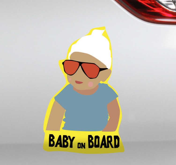 TenStickers. Autocolantes pequenos decorativos bebe a bordo. Seja original e cole este autocolante com o bebe dos filmes A ressaca no seu carro para avisar a todos os outros condutores que tem um bebe consigo dentro do carro.