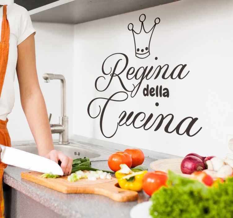 TenStickers. Scritta adesiva per parete Regina della Cucina. Scritta adesiva per la cucina Dimostra chi è la regina della cucina con questo fantastica scritta da parete disponibile in diverse misure e colori