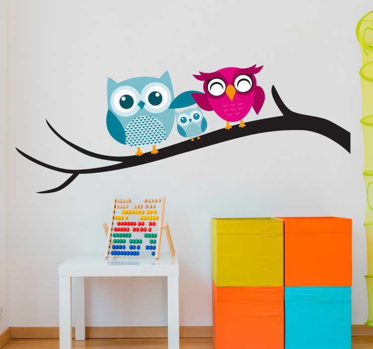 TenStickers. Tre ugler dyre mur klistermærke. Denne vægmærkat, der illustrerer tre ugle, der sidder på en gren, er en perfekt dekoration til et børns soveværelse. Tilføj noget lys ind i dine børns rum takket være denne farverige klistermærke!