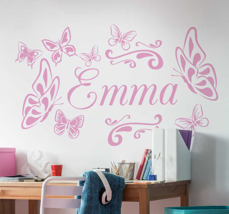 TenStickers. Autocolantes personalizáveis borboleta nome. Autocolantes decorativos para quarto infantil com borboletas e a possibilidade de o personalizar. Material resistente.