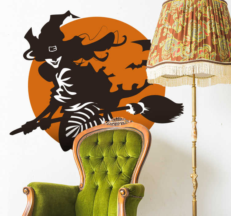TenStickers. Naklejki Halloween: czarownica na miotle. Naklejka z okazji Halloween, przedstawiająca czarownicę, latającą na tle pomarańczowego księżyca w otoczeniu nietoperzy. Dzięki tej strasznej naklejce, Twoje Halloween będzie jeszcze  bardziej przerażające! Nasi graficy pomogą Ci z projektem!