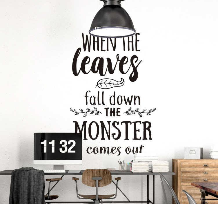 """TenStickers. Funny autocolant de expresie de halloween. """"când frunzele coboară monstrul iese"""", plasați acest autocolant de perete de îndată ce începe toamna și permiteți tuturor să știe că este timpul pentru halloween."""