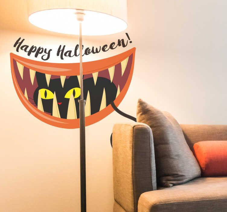 """TenStickers. Halloween sort kat klistermærke. Denne vægmærkat af en sort kat med gule øjne med teksten """"happy halloween"""" er den perfekte dekoration til årets mest mystiske nat."""
