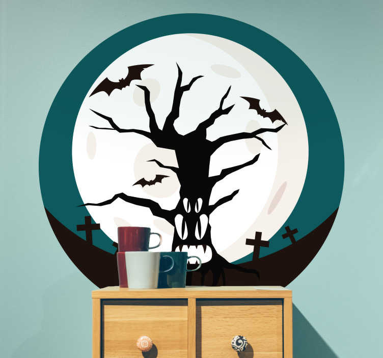 TenStickers. Naklejka Halloween: przerażające drzewo. Halloween'owa naklejka na ścianę, przedstawiająca przerażające drzewo na tle księżyca w pełni i upiornego cmentarza. Idealna dekoracja na Halloween! Wysyłka 24/48h!